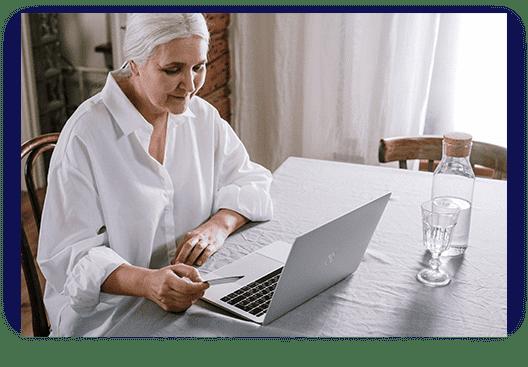 Alte Frau am Rechner