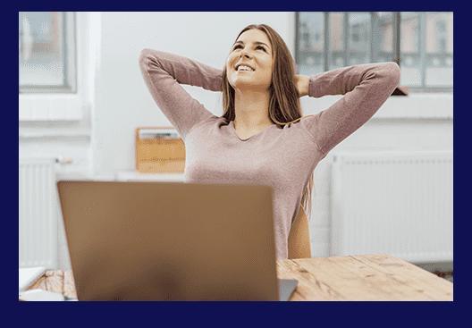 Fröhliche Frau vor einem Laptop
