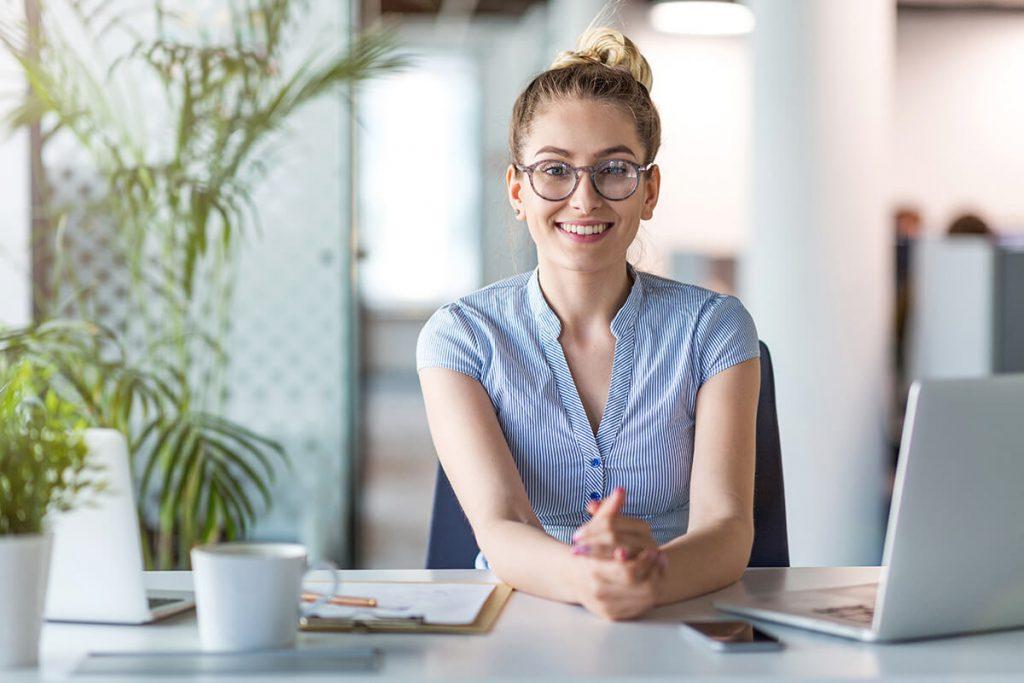 Frau nutzt vyble® Payroll im Büro