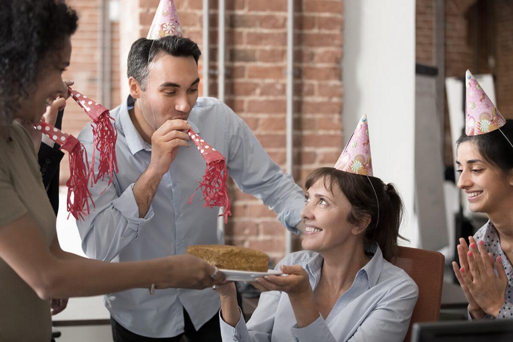 Mitarbeiter zelebrieren Geburtstag