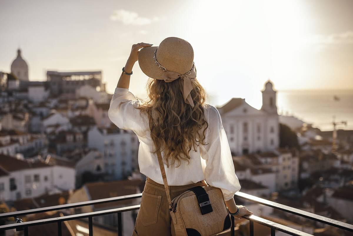 Frau schaut auf Stadt im Urlaub