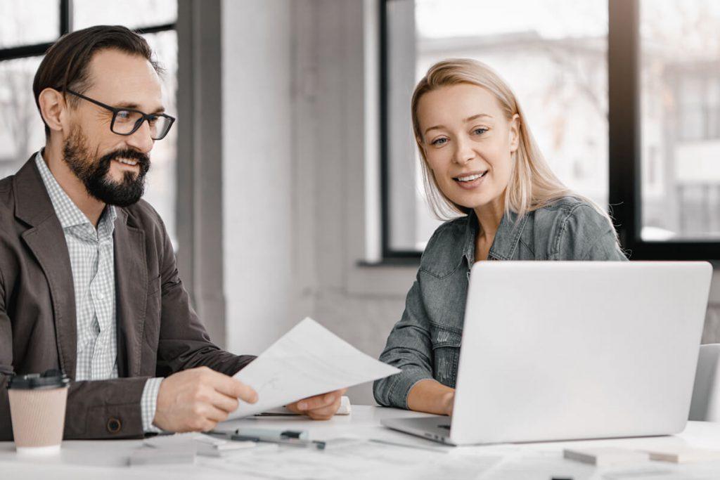 Mann und Frau arbeiten zusammen an Dokumenten